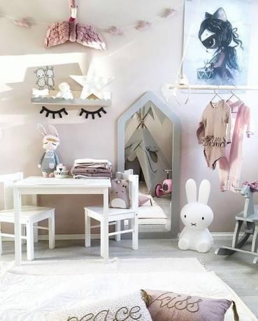 habitación infantil con espejo