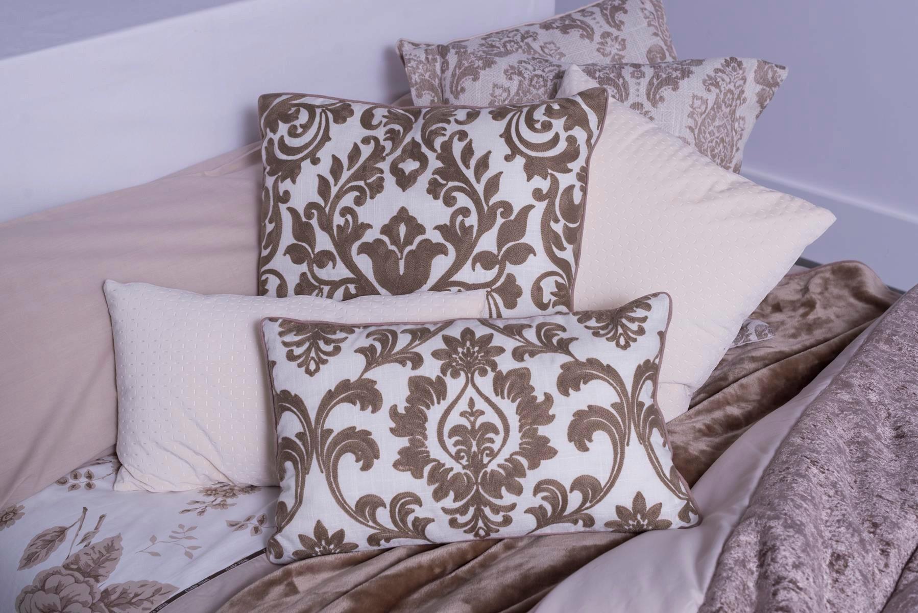 Cojines decorativos en la cama s o no magazine - Cojines pequenos ...
